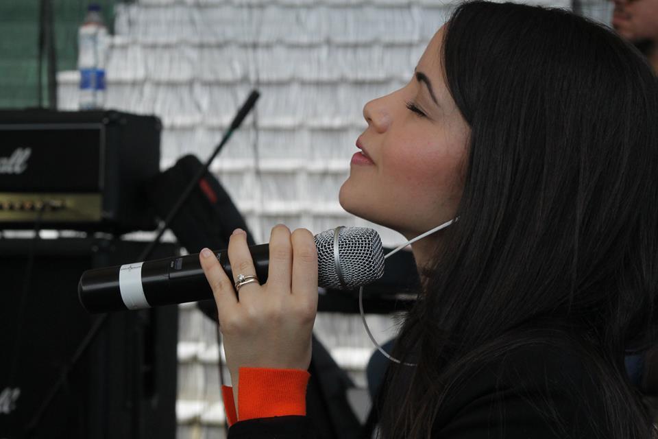 Celinés Díaz durante su presentación en el evento de Pentecostés realizado en Colombia. Cortesía Arquidiócesis de Manizales.