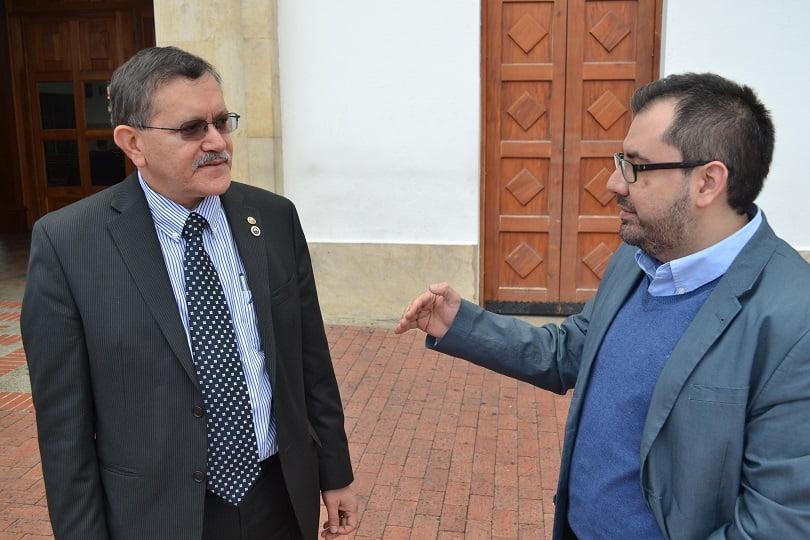 Una amena conversación entre el Dr. Navarro, Presidente de la S.C.A.R.E., y su colega, Coordinador del Comité de Dolor. Cortesía de la S.C.A.R.E.Una amena conversación entre el Dr. Navarro, Presidente de la S.C.A.R.E., y su colega, Coordinador del Comité de Dolor. Cortesía de la S.C.A.R.E.