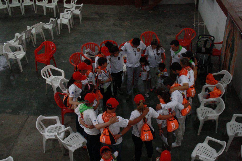 Misioneros orando.