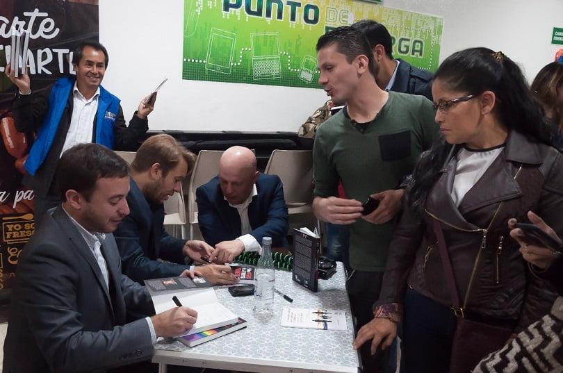 Firmando el libro en la gira en Colombia / Cortesía: Movimiento de Católicos Solidaridad.