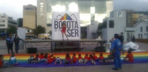 Un travesti haciendo un show erótico ante un grupo de niños en la calle 97 con 15 de Bogotá (junio de 2014). Tomado de www.periodismosinfronteras.org