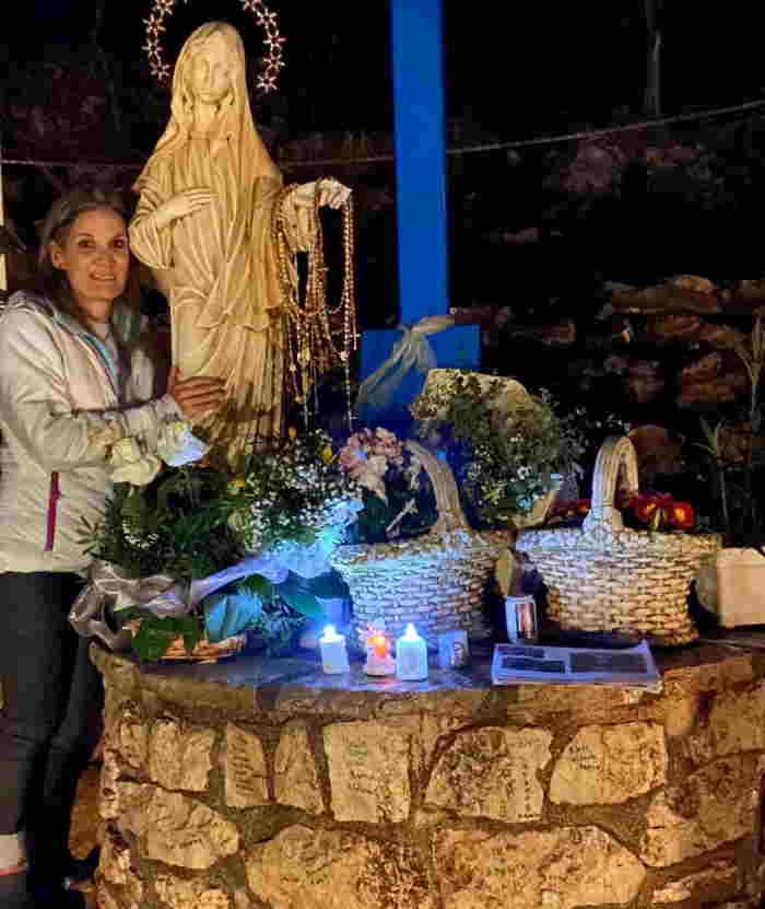 Mariana Gómez en Medjugorje Virgen con los Rosarios 3