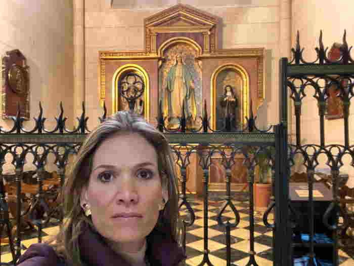 Mariana Gómez en Medjugorje altar de la Virgen