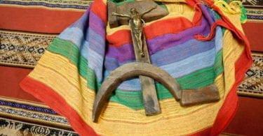 Crucifijo en la hoz y el martillo comunista