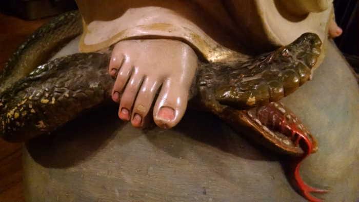 María aplasta a la serpiente