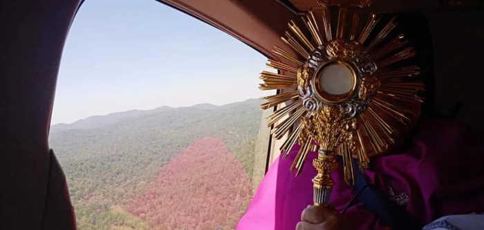 Toluca México bendición desde helicóptero con el Santísimo Sacramento