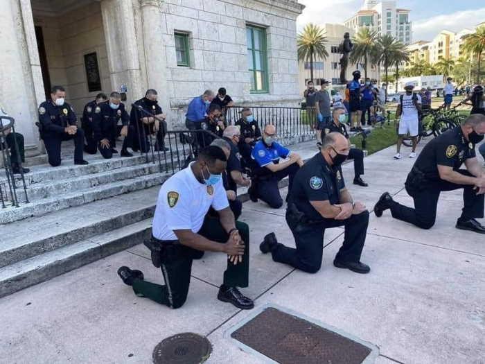Policías de Miami se postran en oración antes de enfrentar a enardecidos manifestantes