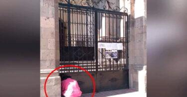 Fieles oran afueran de los templos