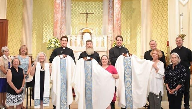 Connor y Peyton con su familia el día de su ordenación.