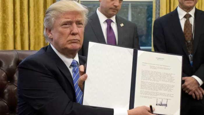 Trump extiende prohibicion de ayuda a organizaciones pro aborto