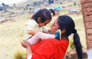 Madre boliviana alza a su hija